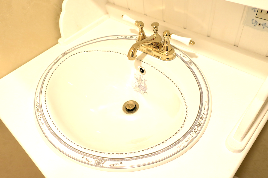 バスルーム16 クラシカルな洗面化粧台。フレンチブルーがアクセント。優雅でクラシカルなお部屋。 【キャッスル東栄】