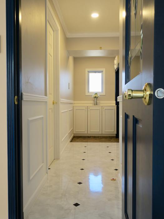玄関53 【キャッスル東栄】 フレンチブルーがアクセント。 優雅でクラシカルなお部屋。