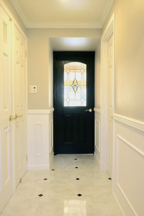 玄関8 【キャッスル東栄】 フレンチブルーがアクセント。 優雅でクラシカルなお部屋。