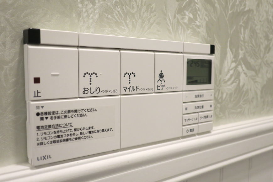 トイレ13 ウォシュレット。フレンチブルーがアクセント。優雅でクラシカルなお部屋。 【キャッスル東栄】