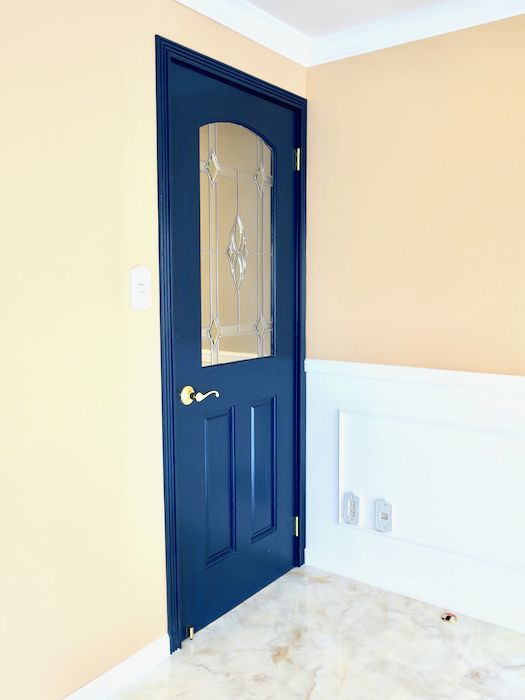 フレンチブルーの扉が素敵。フレンチブルーがアクセント。優雅でクラシカルなお部屋。 【キャッスル東栄】リビング