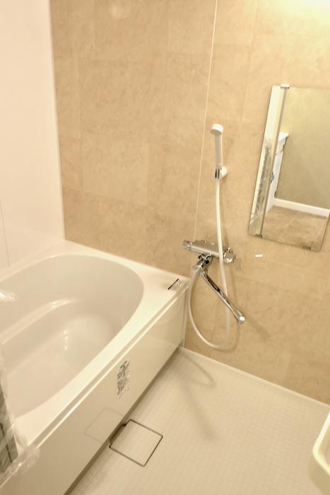 バスルーム1 クラシカルな洗面化粧台。フレンチブルーがアクセント。優雅でクラシカルなお部屋。 【キャッスル東栄】