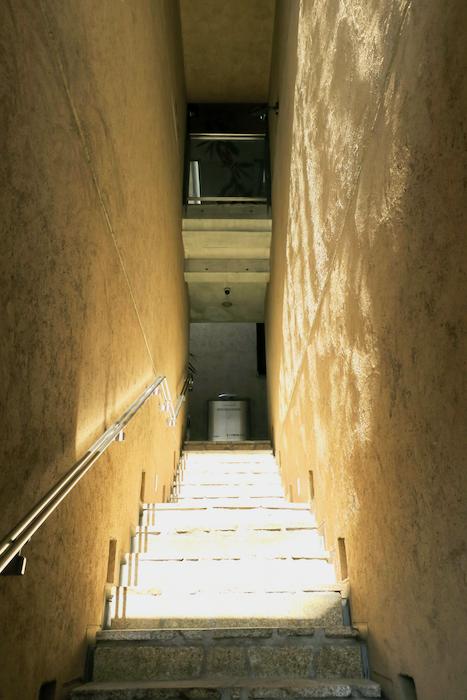 【2000 HOUSE】異空間へ上る階段♪