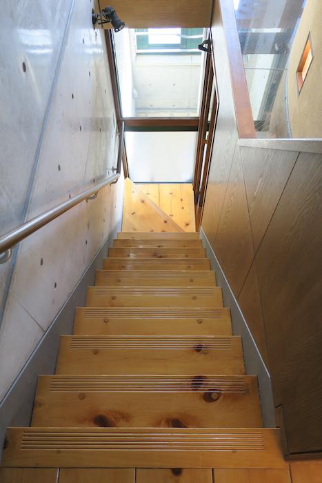 【2000 HOUSE】極上アンティーク空間 階段周辺の景色。光がたくさん。