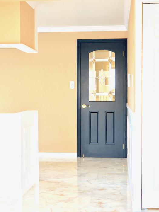 フレンチブルーの扉。フレンチブルーがアクセント。優雅でクラシカルなお部屋。 【キャッスル東栄】リビング