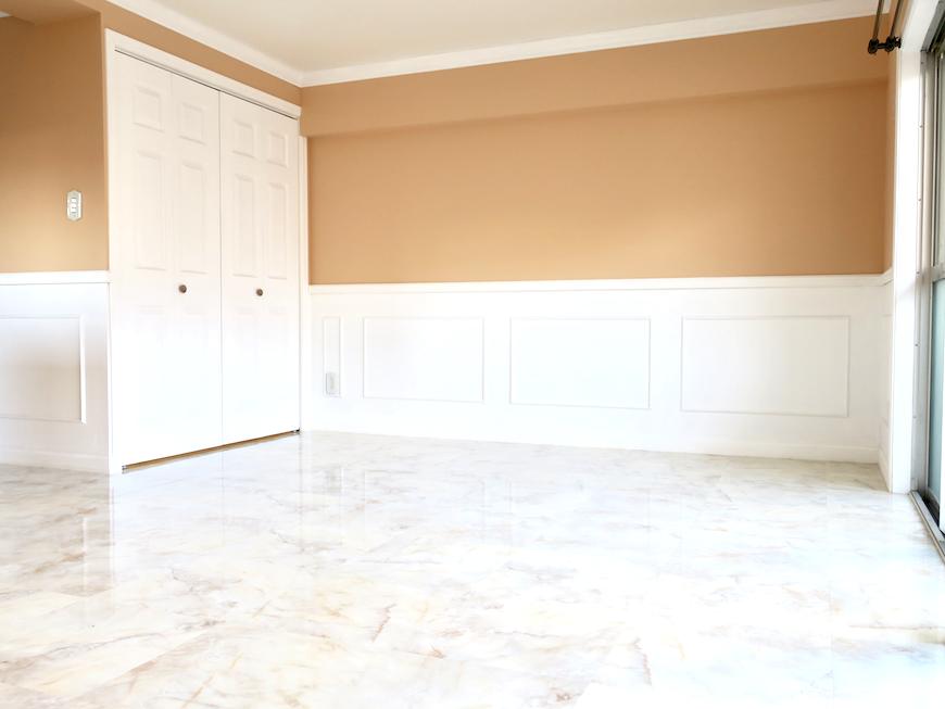 フレンチクラシカルなお部屋。ウォールアート・ウォールミラーで装飾したらきっと素敵。