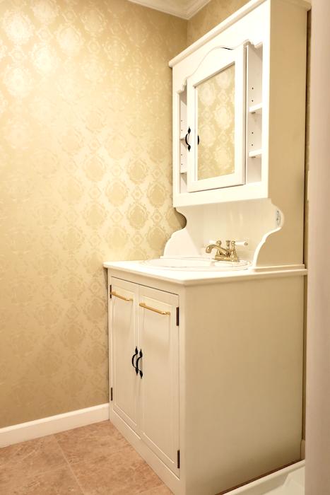 バスルーム13 【キャッスル東栄】 フレンチブルーがアクセント。 優雅でクラシカルなお部屋。