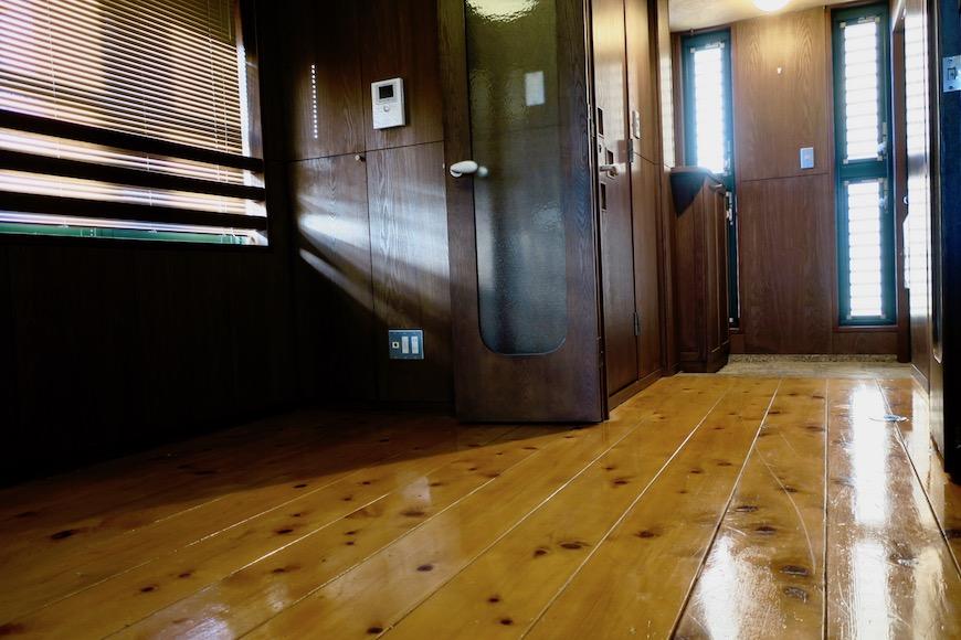 【2000 HOUSE】極上アンティーク空間 玄関から切り返しなしの一枚板の床。