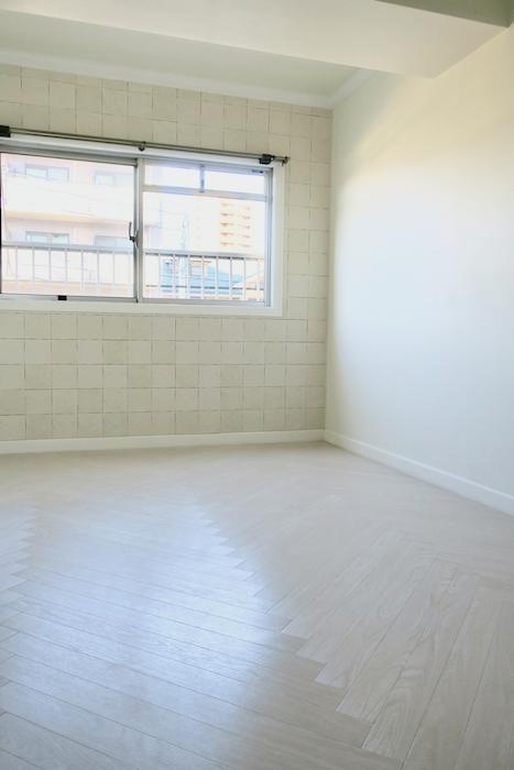 洋間【キャッスル東栄】 フレンチブルーがアクセント。 優雅でクラシカルなお部屋。