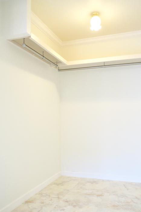 フレンチブルーがアクセント。優雅でクラシカルなお部屋。 【キャッスル東栄】ウォークインクローゼット1084