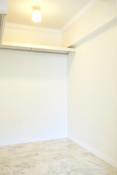 ウォークインクローゼットフレンチブルーがアクセント。優雅でクラシカルなお部屋。 【キャッスル東栄】_1085
