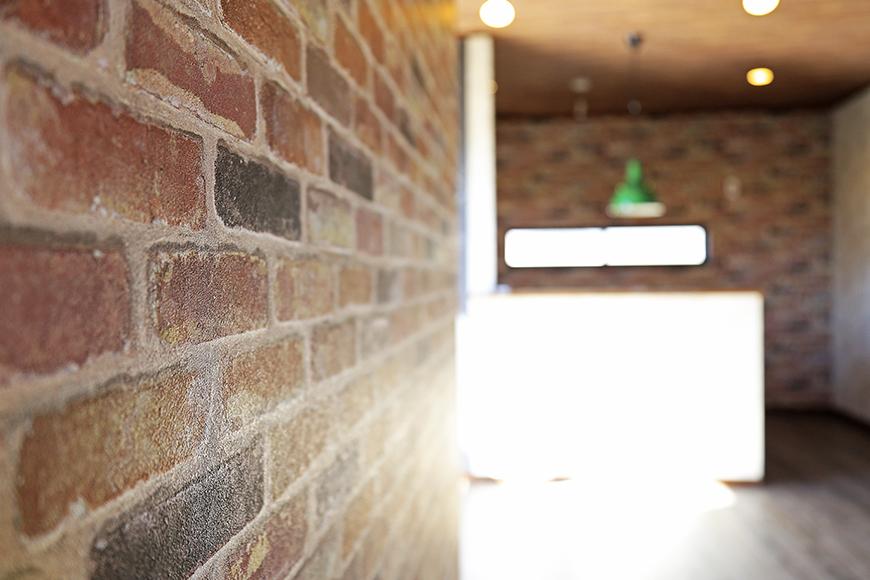 渋い壁紙の向こうに見えるキッチン。ステキな空間です!_MG_0062