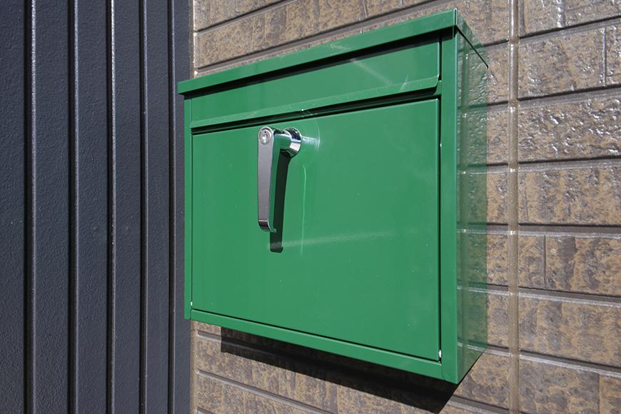 渋い外観に際立つポップな郵便受け!  シンボルマークと同じグリーン♪_MG_0120
