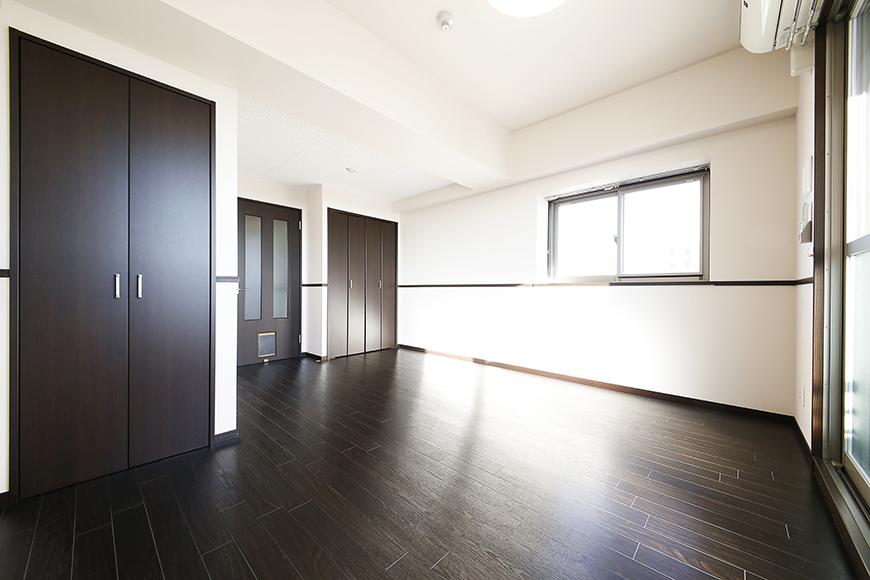 濃いブラウンの床や建具がとってもスタイリッシュな雰囲気(801号室の1階スペース)_MG_8705