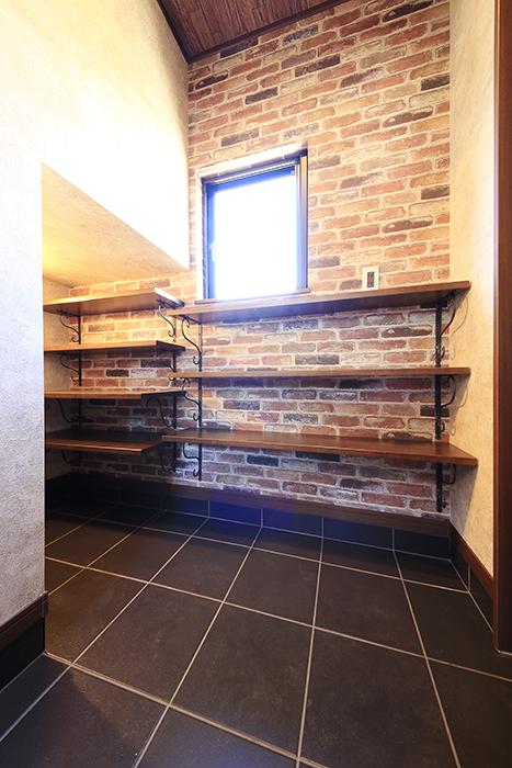 窓がある玄関には、シューズ用の棚も完備です!_MG_9571