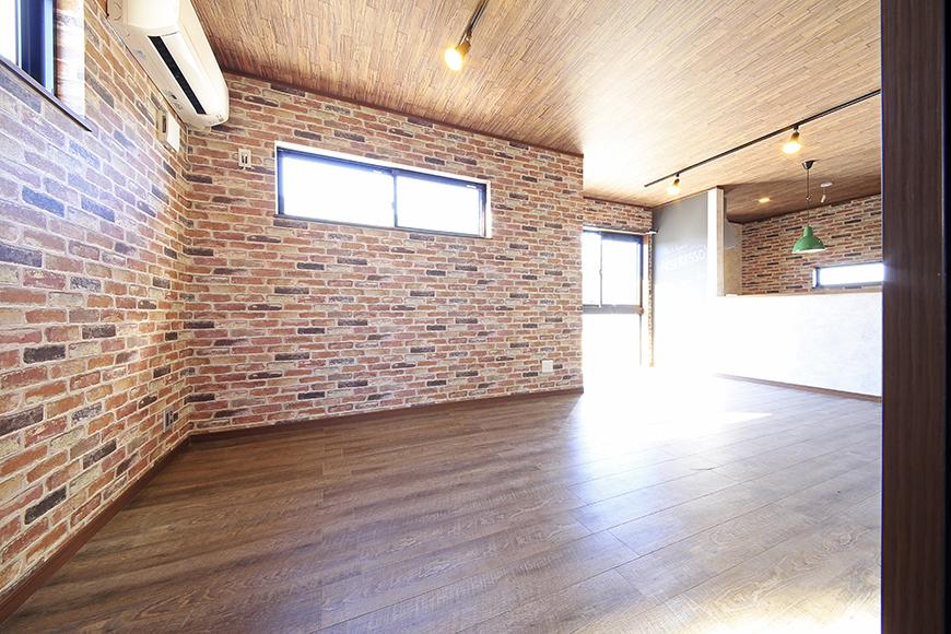 ドアを開けると目の前に広がる、温もりあるスペース!  レンガ調の壁紙が大きなインパクト!_MG_9602