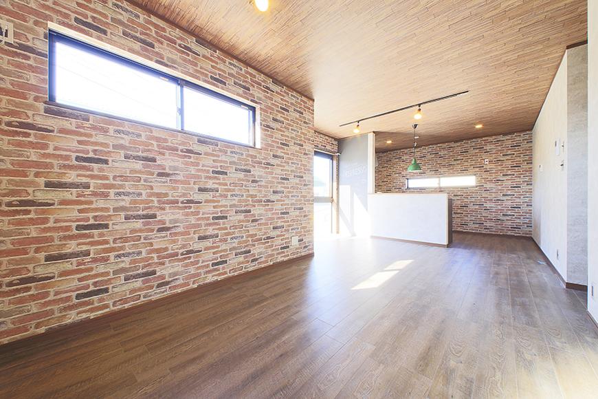 ドアを開けると目の前に広がる、温もりあるスペース!  レンガ調の壁紙が大きなインパクト!_MG_9606