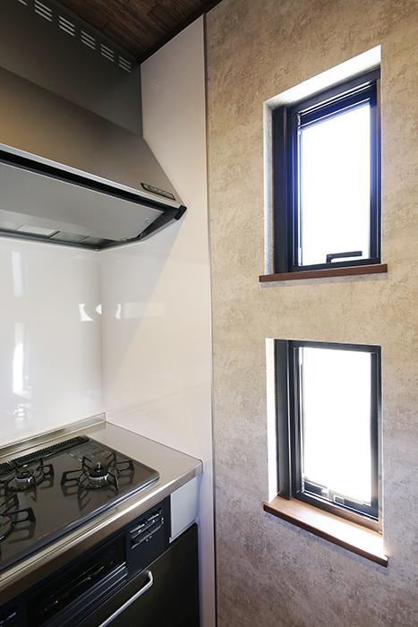 キッチンサイドにも窓があり、とにかく明るいスペースです_MG_9663