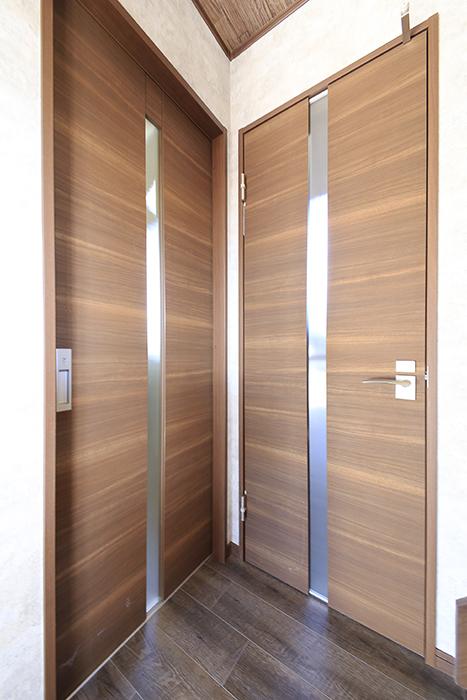 写真左手のドアが室内洗濯機置き場・独立洗面台・バスルーム。写真右手のドアがトイレです_MG_9716