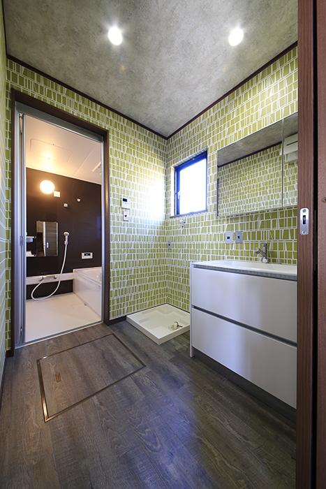 手前から独立洗面台、室内洗濯機置き場、バスルームです!_MG_9737
