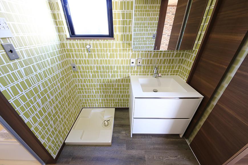 左手のドアを開けると、まずは独立洗面台と室内洗濯機置き場☆明るく華やかな印象の内装です!_MG_9762