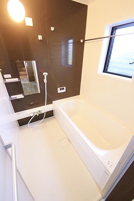 こちらバスルームです!  窓もあり明るく、とっても快適・リラックス・スペース♪_MG_9767
