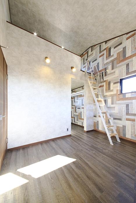 ロフト付きのお部屋なので、天井高もかなりあります!_MG_9859