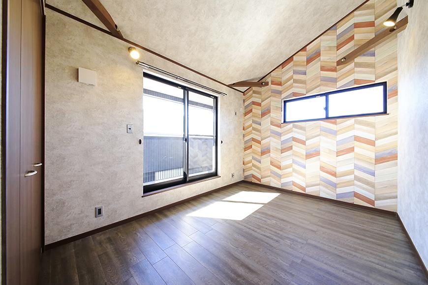 まずは左手のバルコニーのあるお部屋から!  こちらも二面採光の明るいお部屋です☆_MG_9939
