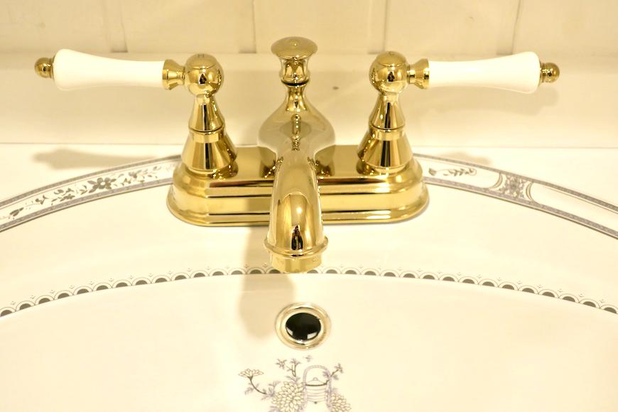 バスルーム19 【キャッスル東栄】 フレンチブルーがアクセント。 優雅でクラシカルなお部屋。