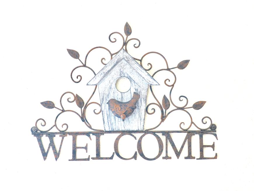 玄関 welcomeプレートユーカリの木かげにて リッチな暮らしが叶う家。 Ladies only【ユーカリの木の家】