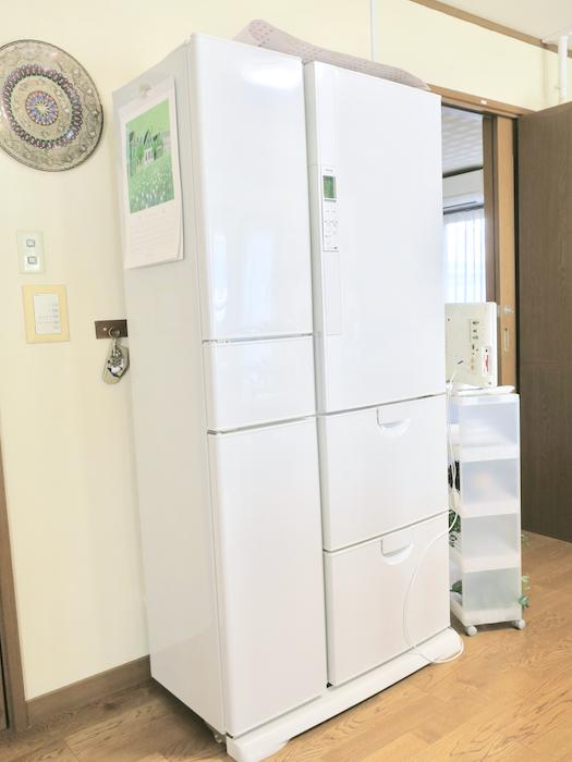 1Fキッチン大型冷蔵庫2台あります。ユーカリの木かげにて リッチな暮らしが叶う家。 Ladies only【ユーカリの木の家】