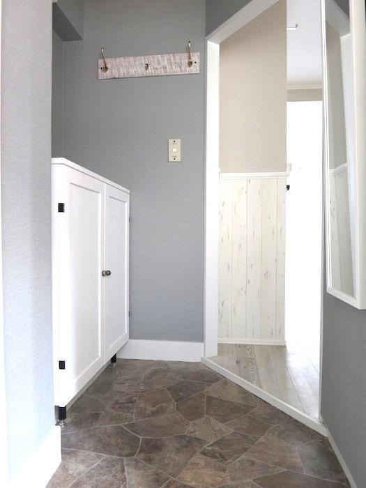 玄関 シャビーシック。グレーとホワイトと石敷きのエントランスが上品です。4