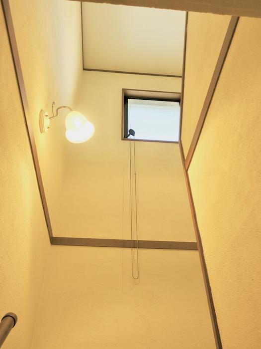 階段を見上げると小窓あり。換気ができて快適な家。ユーカリの木かげにて リッチな暮らしが叶う家。 Ladies only【ユーカリの木の家】