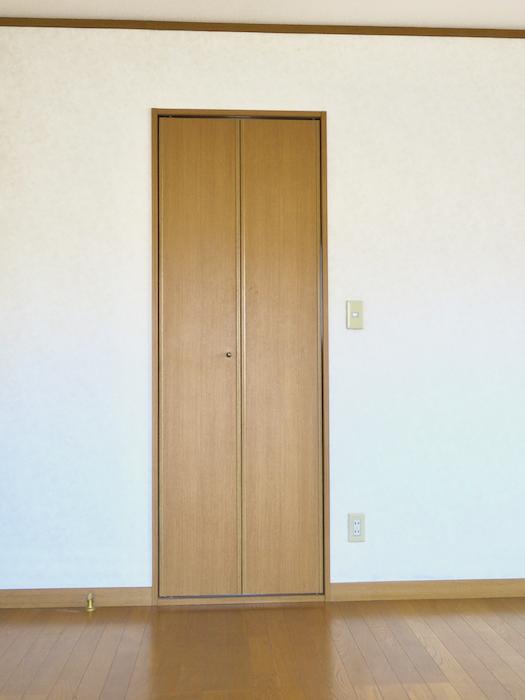 201号室収納スペース入り口。ユーカリの木かげにて リッチな暮らしが叶う家。 Ladies only【ユーカリの木の家】