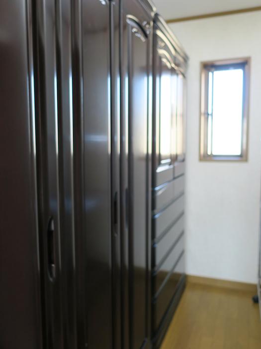 201号室 高級家具に収納できます。 明るいです