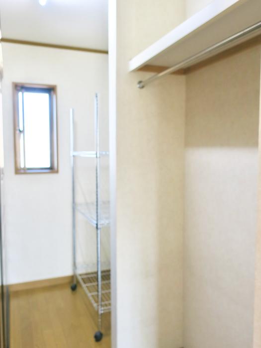 201号室 大容量収納。収納ラック&バーナンガーもあり。