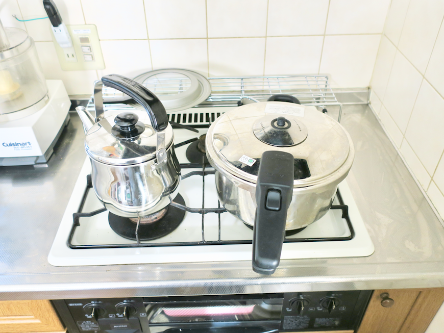 1Fキッチン 効果で優秀な調理器具たち。ユーカリの木かげにて リッチな暮らしが叶う家。 Ladies only【ユーカリの木の家】