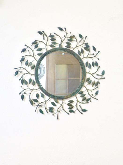 ユーカリをモチーフにした鏡がステキ。ユーカリの木かげにて リッチな暮らしが叶う家。 Ladies only【ユーカリの木の家】