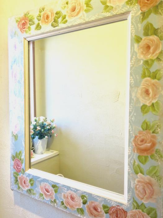1F トイレ 薔薇がデザインされた鏡。in トイレ。ユーカリの木かげにて リッチな暮らしが叶う家。 Ladies only【ユーカリの木の家】