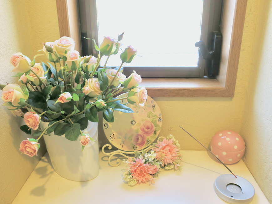 1F トイレ。薔薇とピンクで統一。可愛いです。ユーカリの木かげにて リッチな暮らしが叶う家。 Ladies only【ユーカリの木の家】