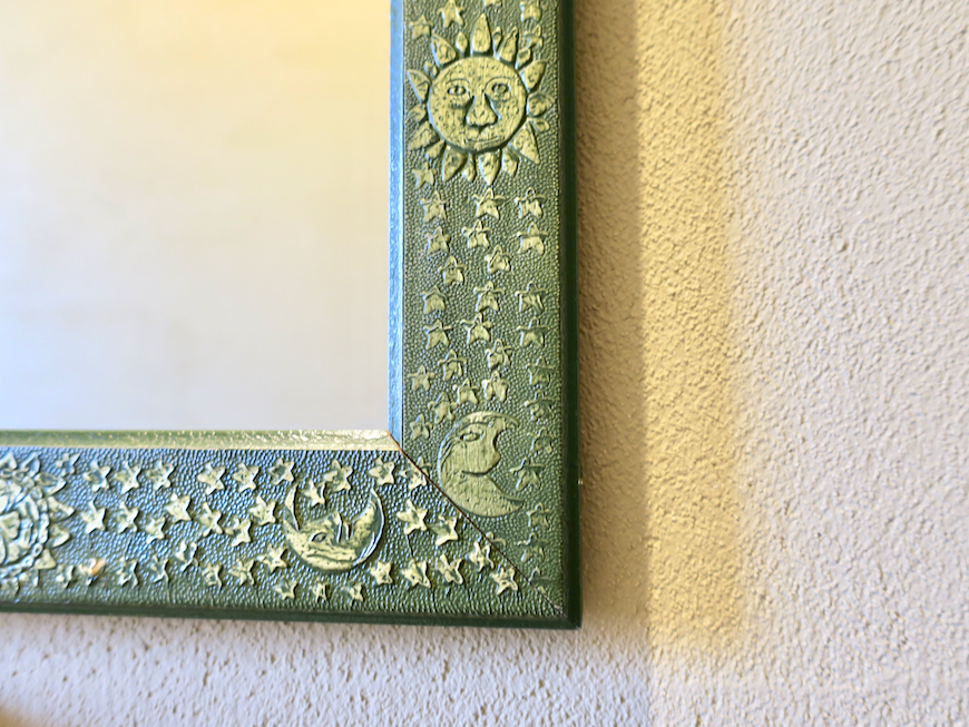 2Fトイレ おしゃれな鏡。月と太陽。ユーカリの木かげにて リッチな暮らしが叶う家。 Ladies only【ユーカリの木の家】