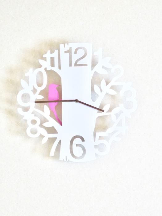 1Fリビング&和室 木をモチーフにした時計。ユーカリの木かげにて リッチな暮らしが叶う家。 Ladies only【ユーカリの木の家】
