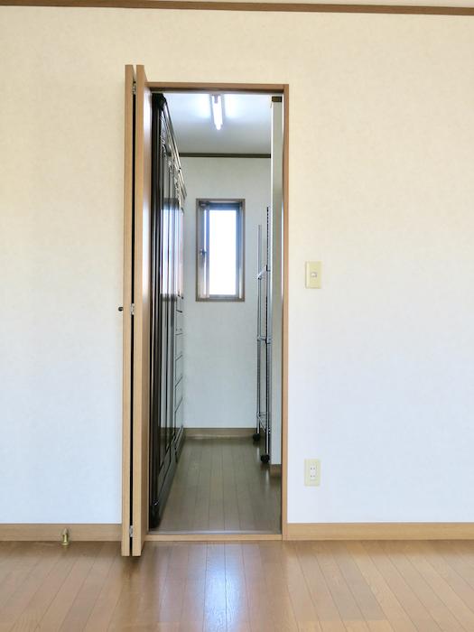 201号室 収納スペース入り口。ユーカリの木かげにて リッチな暮らしが叶う家。 Ladies only【ユーカリの木の家】