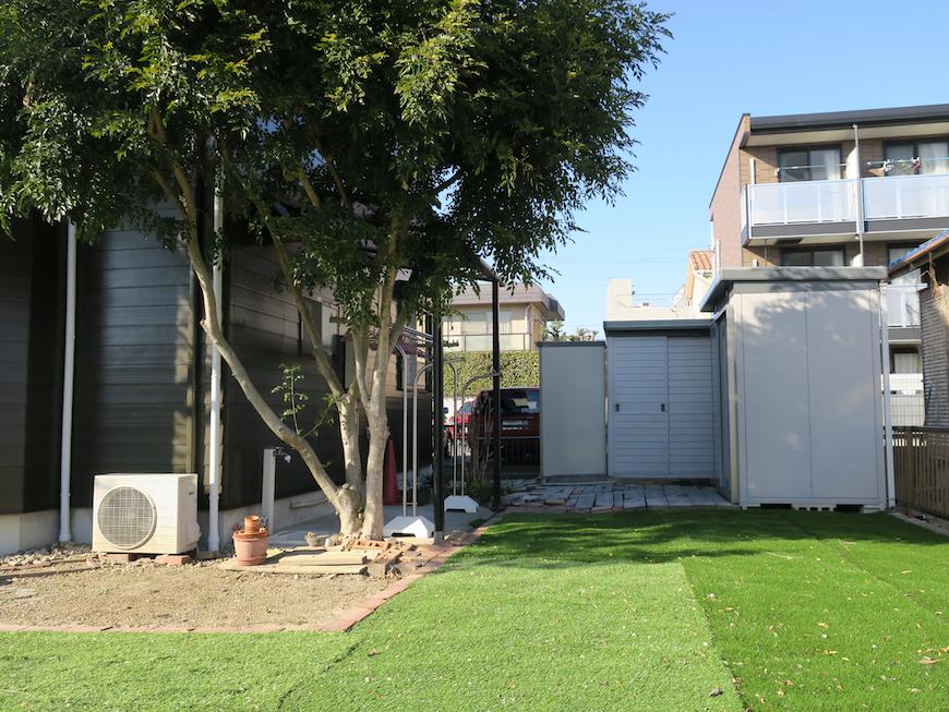 広〜いお庭。奥が自転車置き場と洗濯干しの場所。ユーカリの木かげにて リッチな暮らしが叶う家。 Ladies only【ユーカリの木の家】