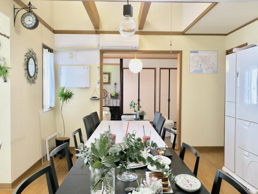 1Fダイニングテーブルから和室への眺め。ユーカリの木かげにて リッチな暮らしが叶う家。 Ladies only【ユーカリの木の家】