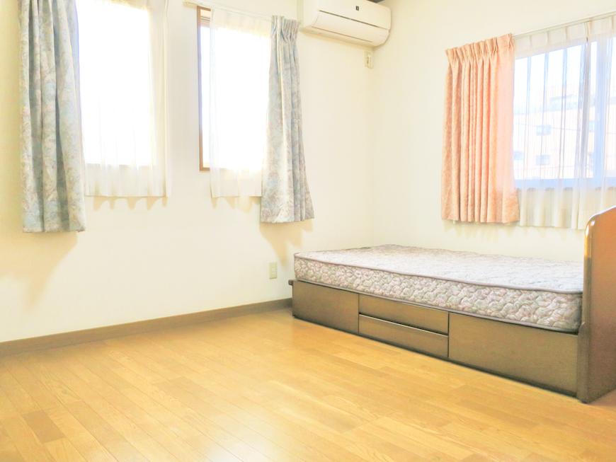 203号室ベットと半窓が2面に。落ち着くお部屋。ユーカリの木かげにて リッチな暮らしが叶う家。 Ladies only【ユーカリの木の家】