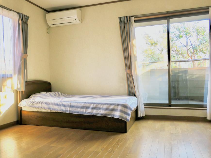 201号室 ベランダと窓。大きな2面採光で日当たり良好。ユーカリの木かげにて リッチな暮らしが叶う家。 Ladies only【ユーカリの木の家】