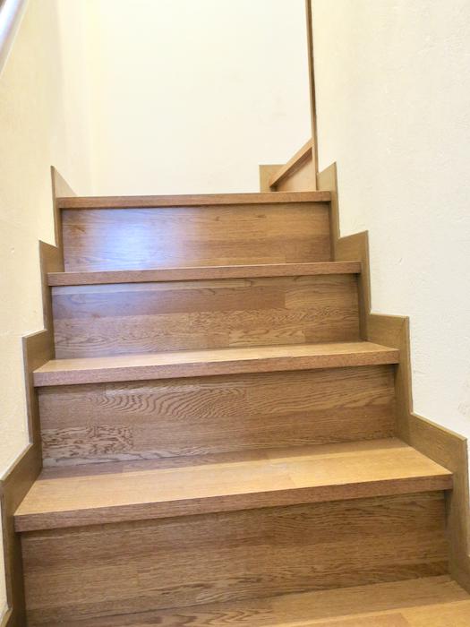 2Fへ。階段周りユーカリの木かげにて リッチな暮らしが叶う家。 Ladies only【ユーカリの木の家】