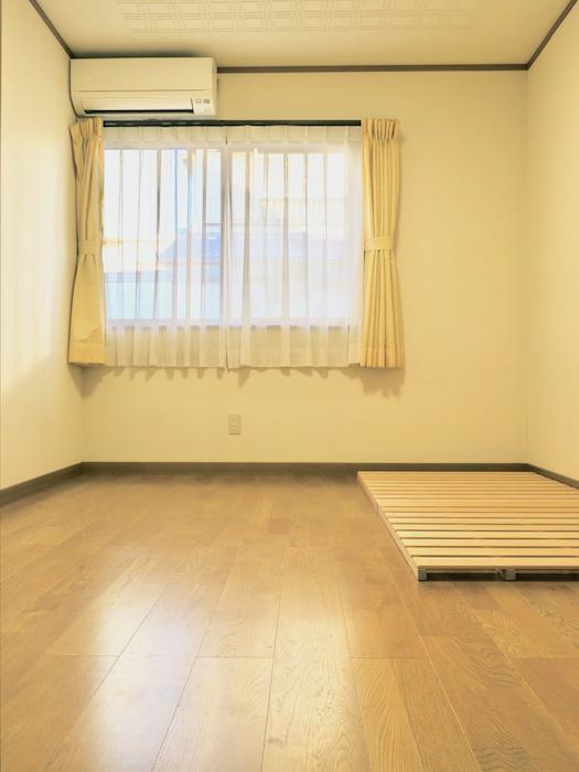 1Fプライベートルーム 101号室。 無垢のフローリングでシンプル快適なお部屋。ユーカリの木かげにて リッチな暮らしが叶う家。 Ladies only【ユーカリの木の家】