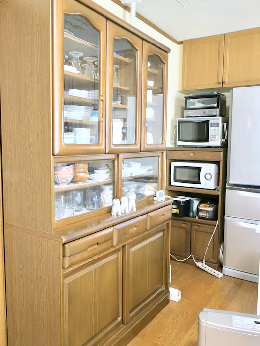 1Fキッチン大きな食器棚も完備。ユーカリの木かげにて リッチな暮らしが叶う家。 Ladies only【ユーカリの木の家】